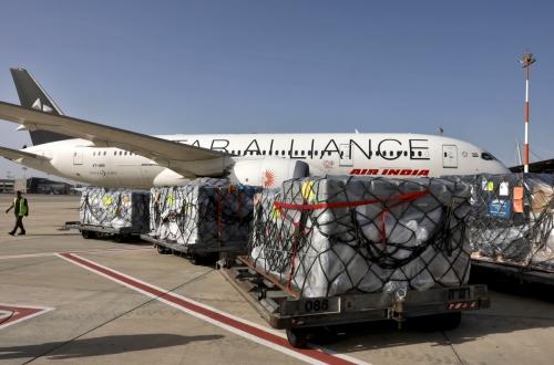 ▲이스라엘 텔 아비브 인근 공항에 4일(현지시간) 인도로 보낼 지원품이 쌓여 있다. 텔아비브/EPA연합뉴스
