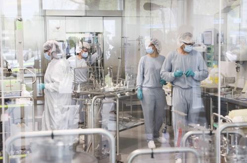▲독일 라인벡에 위치한 화이자-바이오엔테크의 신종 코로나바이러스 감염증(코로나19) 백신 생산 공장에서 직원들이 일하고 있다. 라인벡/AP연합뉴스