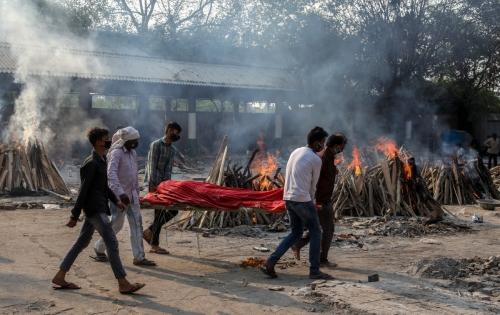 ▲인도 뉴델리에 마련된 임시 화장장으로 사람들이 시신을 옮기고 있다. 뉴델리/EPA연합뉴스