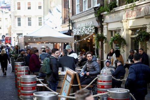 ▲영국 런던에 위치한 바 테라스에서 4월 16일(현지시간) 사람들이 음료를 마시고 있다. 런던/로이터연합뉴스