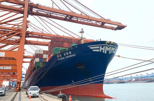 ▲12일 부산항에서 출항하는 6800TEU급 컨테이너선 'HMM 상하이호'가 수출기업들의 화물을 싣고 있다.  (사진제공=HMM)