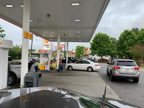 ▲미국 노스캐롤라이나 애쉬빌에 위치한 주유소에 11일(현지시간) 차들이 줄지어 서 있다. 애쉬빌/로이터연합뉴스