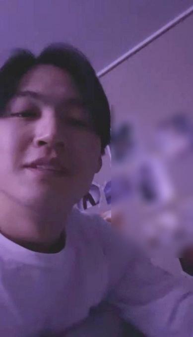 ▲아이돌 그룹 갓세븐(GOT7) 멤버 제이비(JAY B)가 13일 라이브 방송을 하던 중 여성 나체 사진이 즐비한 벽면이 드러나 논란이 됐다. (출처=JAY B 라이브 방송 캡처)