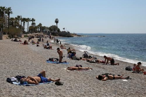 ▲4월 3일 그리스 아테네 팔리로 해변에서 사람들이 휴식을 갖고 있다.  (로이터연합뉴스)