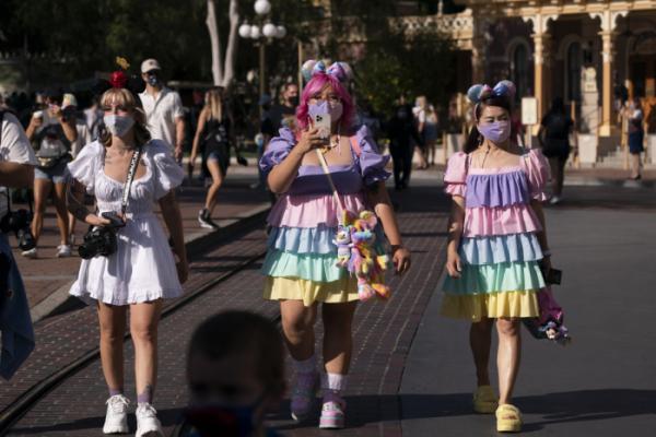 ▲30일(현지시간) 미국 캘리포니아주 애너하임의 디즈니랜드가 1년 1개월여 만에 재개장한 가운데 입장객들이 디즈니랜드 메인 거리를 걷고 있다. AP뉴시스