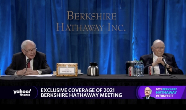 ▲워런 버핏(왼쪽) 버크셔해서웨이 회장과 찰리 멍거 부회장이 1일(현지시간) 미국 로스앤젤레스(LA)에서 2년 연속 화상으로 연례 주주총회를 하고 있다. LA/로이터연합뉴스