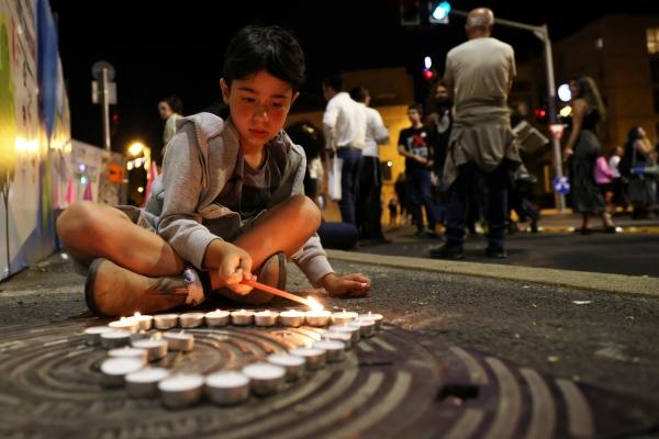 ▲이스라엘 예루살렘에서 1일(현지시간) 한 소년이 촛불을 켜고 압사 참사에 희생된 시민들을 기리고 있다. 예루살렘/로이터연합뉴스