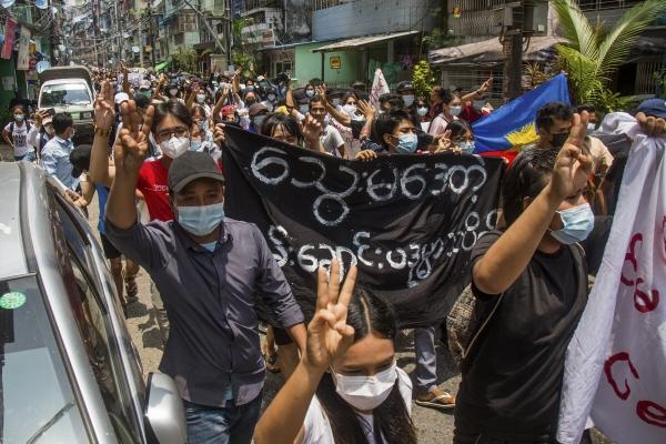 ▲지난달 27일 미얀마 양곤에서 반 쿠데타 시위대가 현수막을 들고 세 손가락 경례를 하며 시위 및 행진하고 있다. 양곤/AP뉴시스