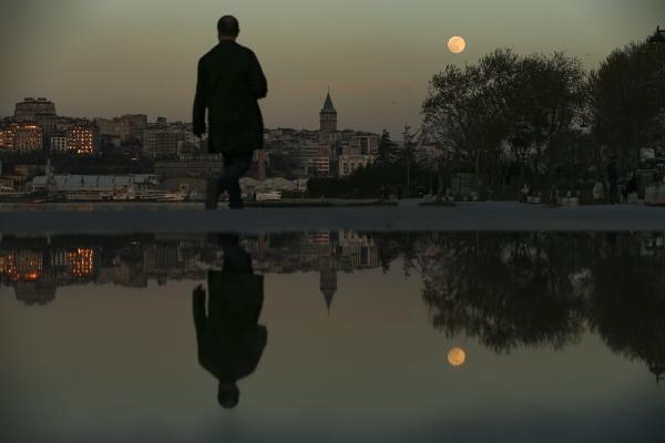 ▲지난달 26일 터키 이스탄불에서 한 시민이 걷고 있다. 이스탄불/AP뉴시스
