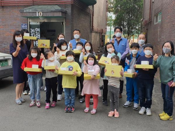 ▲포스코건설은 초록우산어린이재단 인천지역본부와 함께 지역아동센터 어린이 881명에게 어린이날 선물로 문구세트를 기부했다. (사진제공=포스코건설)
