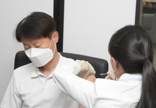 ▲김강립 처장이 아스트라제네카 코로나19 백신을 접종받고 있다. (사진제공=식품의약품안전처)