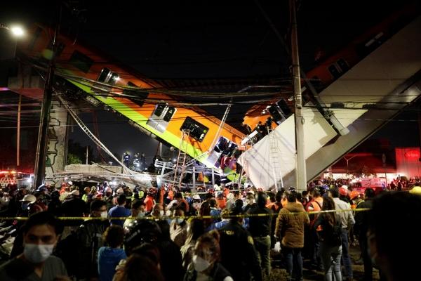 ▲멕시코 멕시코시티의 올리브역 붕괴 사고 현장에서 3일(현지시간) 구조대원들이 일하고 있다. 멕시코시티/로이터연합뉴스