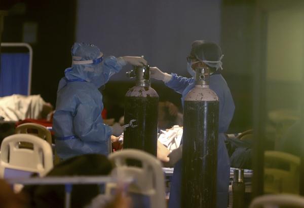 ▲인도 수도 뉴델리에 마련된 임시 병원에서 지난달 30일 의료진이 신종 코로나바이러스 감염증(코로나19) 환자 치료에 사용할 산소통을 설치하고 있다. 뉴델리/AP연합뉴스