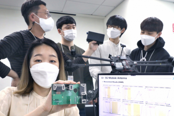 ▲LG유플러스 직원들이 안테나 모듈을 들고 있다. (사진제공=LG유플러스)