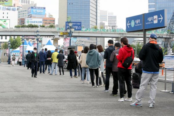 ▲코로나19 신규 확진자가 676명을 기록한 5일 오전 서울 중구 서울역 광장에 설치된 임시 선별검사소에서 시민들이 검사를 받기 위해 줄을 서 있다.  (뉴시스)