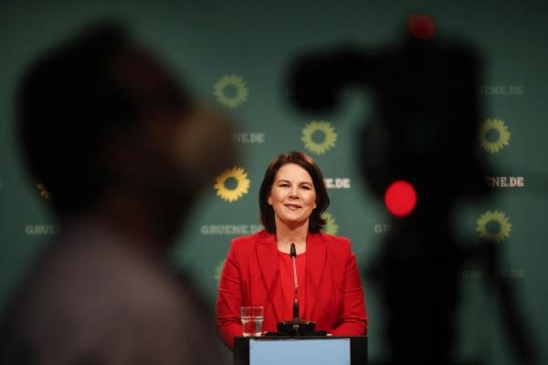 ▲독일 녹색당의 총리 후보로 선출된 아날레나 베르보크 공동 대표가 지난달 26일 베를린에서 당 지도부와 면담을 마친 뒤 기자회견을 하고 있다.  베를린/AFP연합뉴스