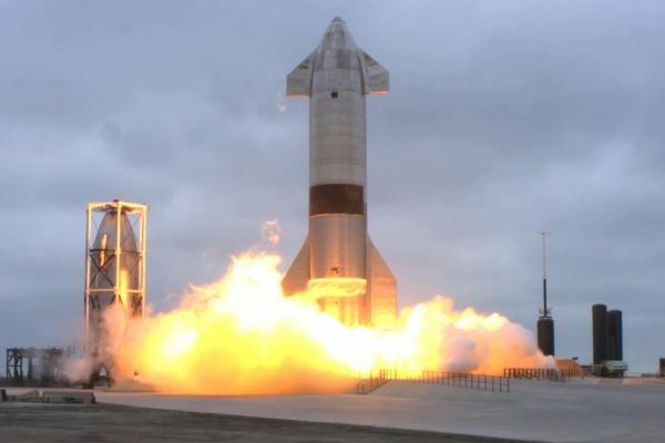 ▲스페이스X의 화성우주선 시제품인 스타십이 5일(현지시간) 미국 텍사스주 보카치카에서 시험 발사 후 직립 착륙하고 있다. 스페이스X는 4전 5기 끝에 스타십 착륙에 성공했다. 보카치카/UPI연합뉴스