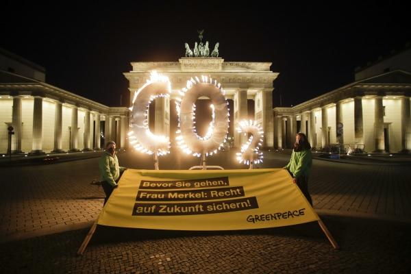 ▲ 6일(현지시간) 독일 베를린 브란덴부르크 문 앞에서 국제 환경단체 그린피스의 활동가들이 이산화탄소를 뜻하는 'CO2' 모양의 구조물에 불을 붙여 밝히고 있다. 베를린/AP연합뉴스