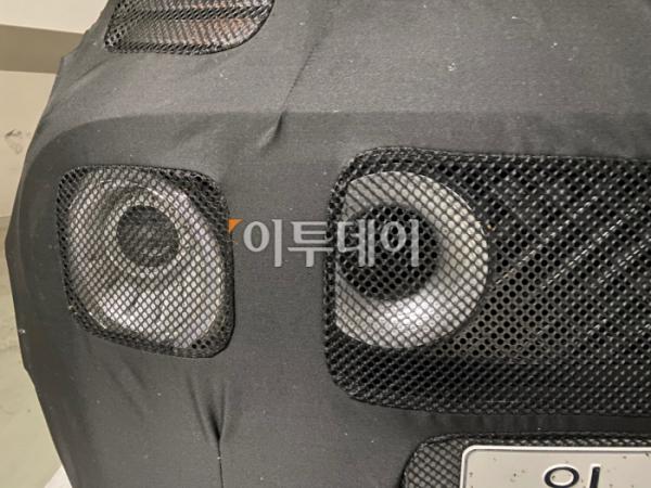 ▲새 모델(코드네임 AX)은 현대차 SUV의 디자인 특성을 고스란히 이어받았다. 위쪽에 주간주행등, 아랫쪽에 전조등을 심어 넣었다. 전조등 안쪽에 자리한, 흡기구 모양의 독특한 디자인이 공개되면서 큰 관심을 모으고 있다.  (이투데이DB)