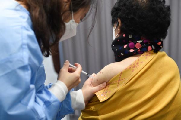 ▲6월까지 만 60세 이상 고령자를 대상으로 한 코로나19 백신 예방 접종이 진행된다. 질병관리청은 기저질환자일수록 코로나19 백신을 접종해야 한다고 권장하고 있다. (사진공동취재단)