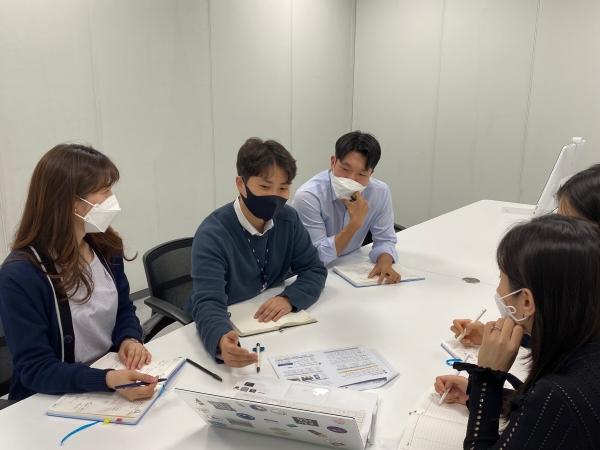 ▲IBK기업은행 개인고객관리팀 소속 김완수(왼쪽 두 번째) 과장.