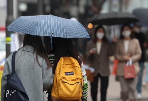 ▲서울 명동 거리에서 시민들이 우산을 쓰고 다니고 있다. (뉴시스)