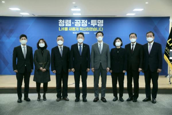 ▲김현준 LH 사장(왼쪽서 네 번째)과 LH 혁신위원회 위원들이 6일 혁신위 출범 기념식에서 기념촬영을 하고 있다. (사진제공=한국토지주택공사(LH))