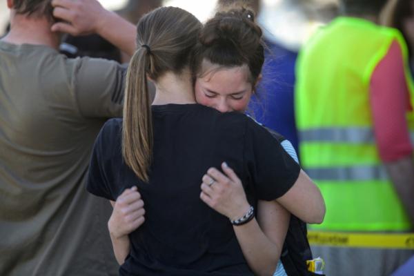 ▲미국 아이다호주 제퍼슨카운티 릭비의 릭비중학교에서 6일(현지시간) 총격 사건이 발생하고 나서 학생들이 껴안고 울고 있다. 릭비/AP뉴시스