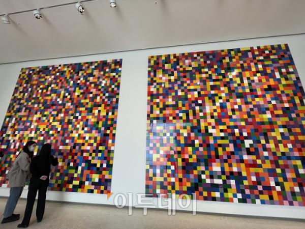▲한 관객이 독일 현대미술가 게르하르트 리히터의 전시를 보며 도슨트의 설명을 듣고 있다. (김소희 기자 ksh@)