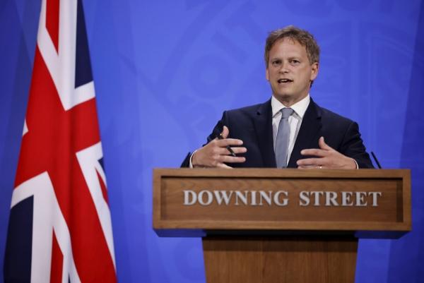 ▲그랜트 섑스 영국 교통장관이 7일(현지시간) 런던 다우닝가에서 열린 언론 브리핑에서 연설을 하고 있다. 런던/AP연합뉴스