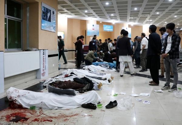 ▲아프가니스탄 폭탄 테러 희생자들이 8일(현지시간) 카불의 한 병원 바닥에 있다. 카불/EPA연합뉴스