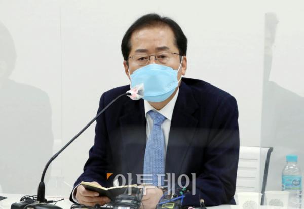 ▲홍준표 무소속 의원이 3월 18일 서울 마포구 한 빌딩에서 열린 마포포럼 강사로 참석해 '꿈꾸는 대한민국'이라는 주제로 강연하고 있다. (연합뉴스)