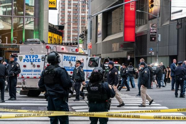 ▲미국 뉴욕타임스퀘어에서 8일(현지시간) 총격 사건이 발생한 후 경찰들이 경비를 서고 있다. 뉴욕/로이터연합뉴스
