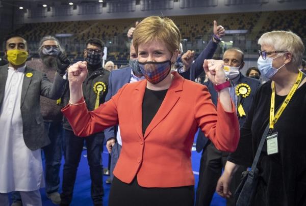 ▲니컬라 스터전 스코틀랜드 국민당 대표가 8일(현지시간) 글래스고에서 선거 결과를 보고 주먹을 쥐고 있다. 글래스고/AP뉴시스