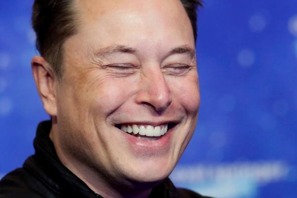 ▲일론 머스크 테슬라 CEO가 지난해 12월 1일(현지시간) 독일 베를린에서 열린 악셀 스플링거 어워드에 참석해 웃고 있다. 베를린/로이터연합뉴스