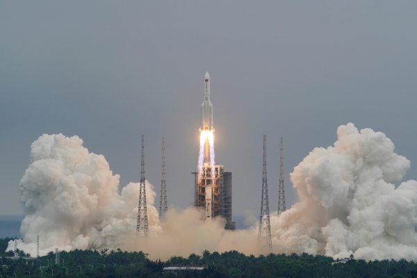 ▲중국 우주발사체 창정-5B호가 지난달 29일 중국 하이난성 원창 위성발사센터에서 발사되고 있다.   (하이난성/로이터연합뉴스)