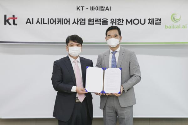 ▲윤기현(왼쪽)바이칼AI 대표이사, 임채환 KT AI/DX플랫폼사업본부장이 기념사진을 찍고 있다. (사진제공=KT)