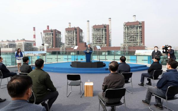▲문재인 대통령이 3월 19일 오후 충남 보령시 보령화력발전소 내 에너지월드에서 열린 '충남 에너지전환과 그린뉴딜 전략 보고'에 참석해 연설을 하고 있다. (뉴시스)