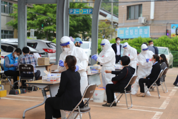 ▲11일 전남 여수시청 본청사 주차장에서 시청직원들이 '코로나19' 진단검사를 받고 있다.  (사진제공=뉴시스)