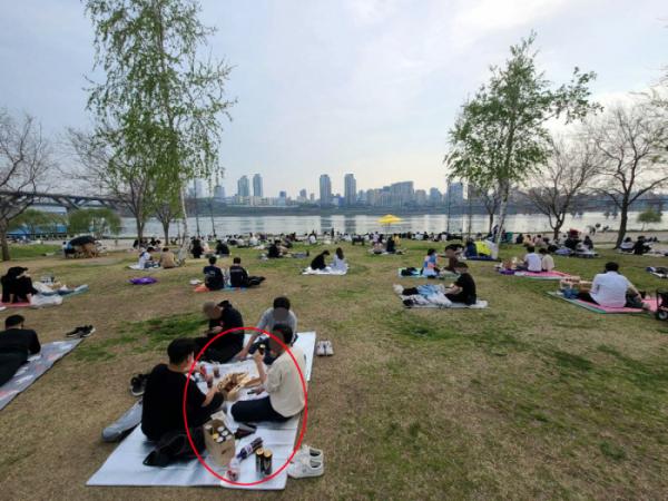 ▲지난 4월 11일 오후 일부 시민들이 서울 뚝섬 한강공원에서 술과 음식을 먹고 있다. 서울시는 코로나19 확산 예방을 위해 한강공원에서 음주·취식을 못하도록 계도하고 있다. (뉴시스)