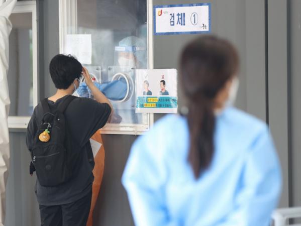 ▲15일 오전 서울역 광장에 설치된 임시선별검사소에서 한 시민이 검체 검사를 받고 있다. (연합뉴스)