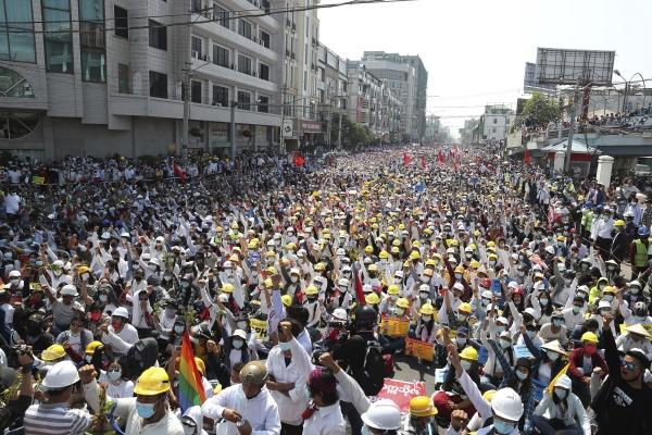 ▲미얀마 만달레이에서 2월 22일 시민이 쿠데타 반대 시위를 벌이고 있다. 만달레이/AP연합뉴스