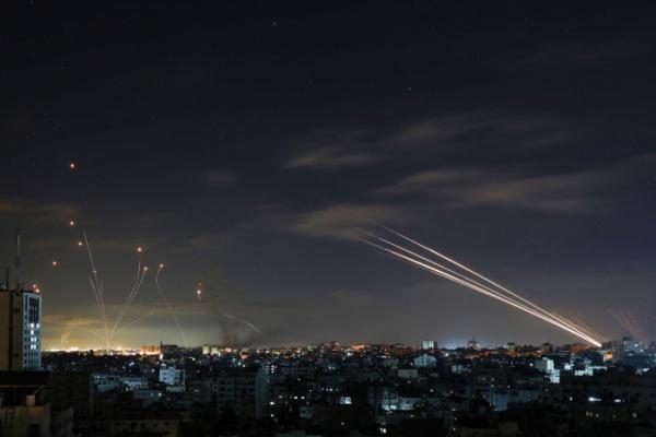 ▲이스라엘 남부 아슈켈론 상공에서 이스라엘군의 방공시스템인 '아이언 돔' 미사일이 가자지구로부터 날아오는 로켓포를 요격하고 있다. (AFP연합뉴스)