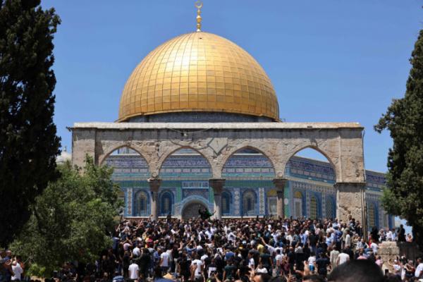 ▲2021년 5월 14일 이슬람 신도들이 알 아크사 모스크 구내에서 금요일 기도를 마친 뒤 하마스 깃발을 든 한 남성이 외치는 구호를 듣고 있다. (AFP연합뉴스)