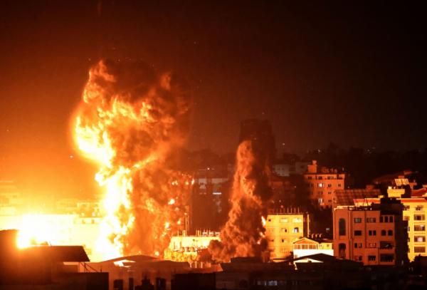 ▲2021년 5월 17일 새벽 가자 지구의 건물 위로 화재와 연기가 피어오르고 있다. (AFP연합뉴스)