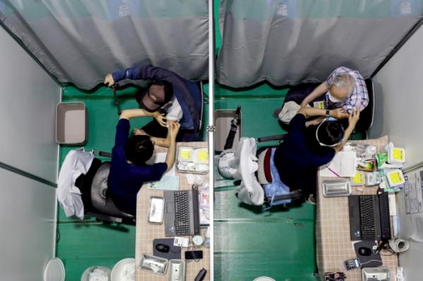 ▲7일 오전 서울 서대문구 예방접종센터에서 어르신들이 코로나19 백신 접종을 받고 있다. (뉴시스)