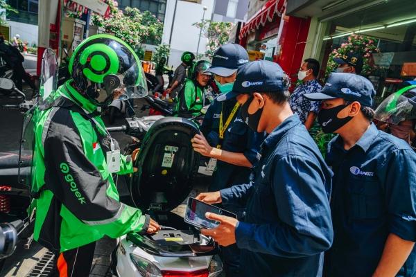 ▲인도네시아 최대 차량공유 업체 고젝 운전자들이 지난해 8월 28일(현지시간) 자카르타에 위치한 충전소에서 배터리를 충전하고 있다. 자카르타/로이터연합뉴스