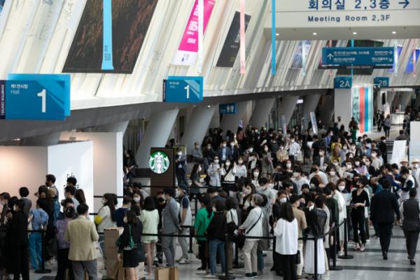 ▲이건희 컬렉션 효과와 '아트테크' 열풍으로 미술시장이 활기를 띤 가운데, 2021 아트부산이 역대 최대 관람객 기록을 세우며 폐막했다. (뉴시스)