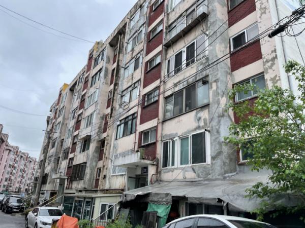 ▲서울 용산구에 있는 토지임대부 주택인 중산시범아파트 전경. 이 아파트 주민들은 현재 재건축을 추진하고 있지만 아파트 토지를 소유하고 있는 서울시가 토지를 넘겨주지 않아 재건축이 미뤄지고 있다. (김예슬 기자 viajeporlune@)