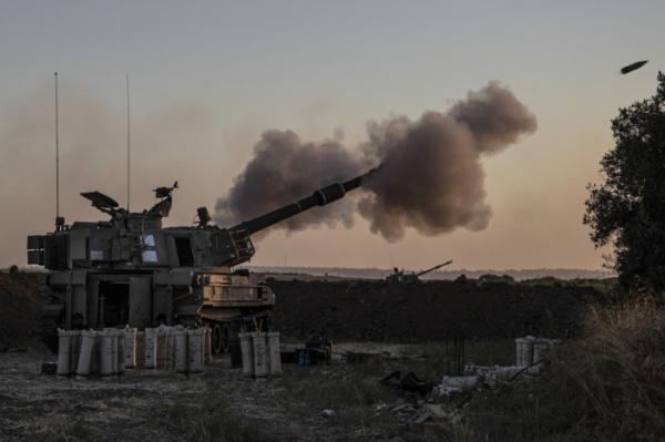 ▲이스라엘 포병 부대가 18일(현지시간) 이스라엘 가자 국경에서 가자 지구의 목표물을 향해 공격 발포하고 있다. AP뉴시스